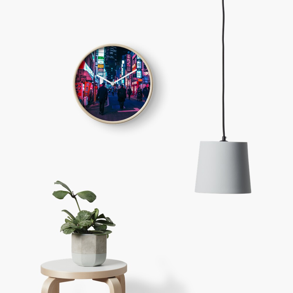 Machen Sie einen Spaziergang unter dem Neon Uhr
