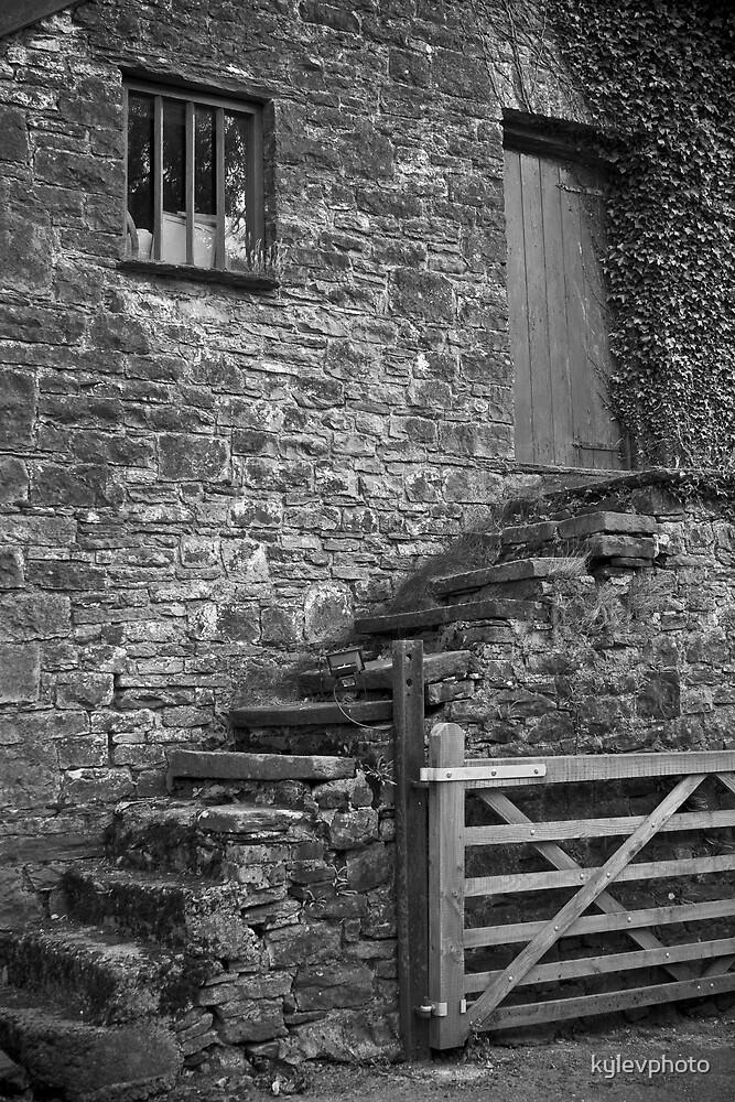 old barn by kylevphoto