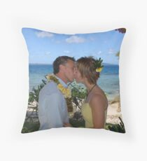 Kiss kiss Throw Pillow