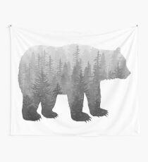 Misty Forest Bear - Schwarz und Weiß Wandbehang