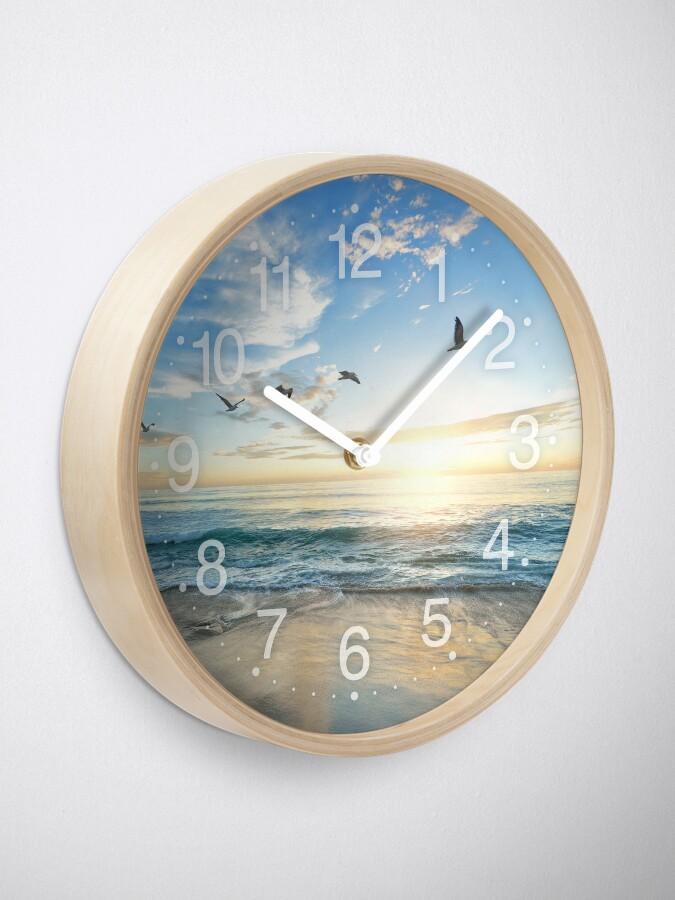 Alternative Ansicht von Sonniger ruhiger Strand mit den Vögeln, die auf weißen Sand fliegen Uhr