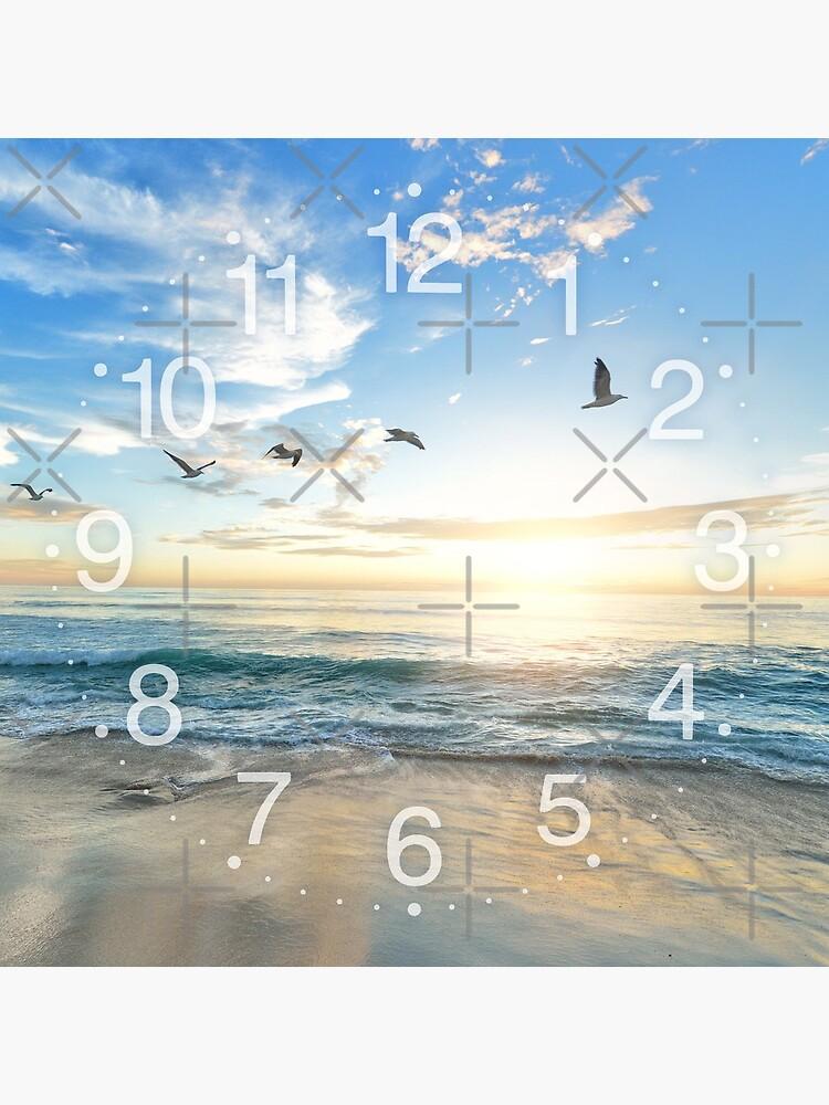 Sonniger ruhiger Strand mit den Vögeln, die auf weißen Sand fliegen von iresist