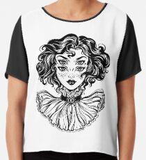 Gotisches Hexemädchen-Kopfporträt mit dem gelockten Haar und vier Augen. Chiffontop