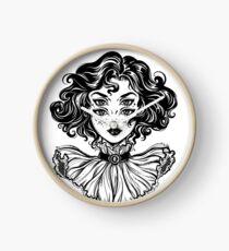 Gotisches Hexemädchen-Kopfporträt mit dem gelockten Haar und vier Augen. Uhr