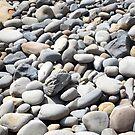 Kieselsteine am Strand von trish725