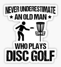 Pegatina Nunca subestimes a un anciano que juega golf de disco