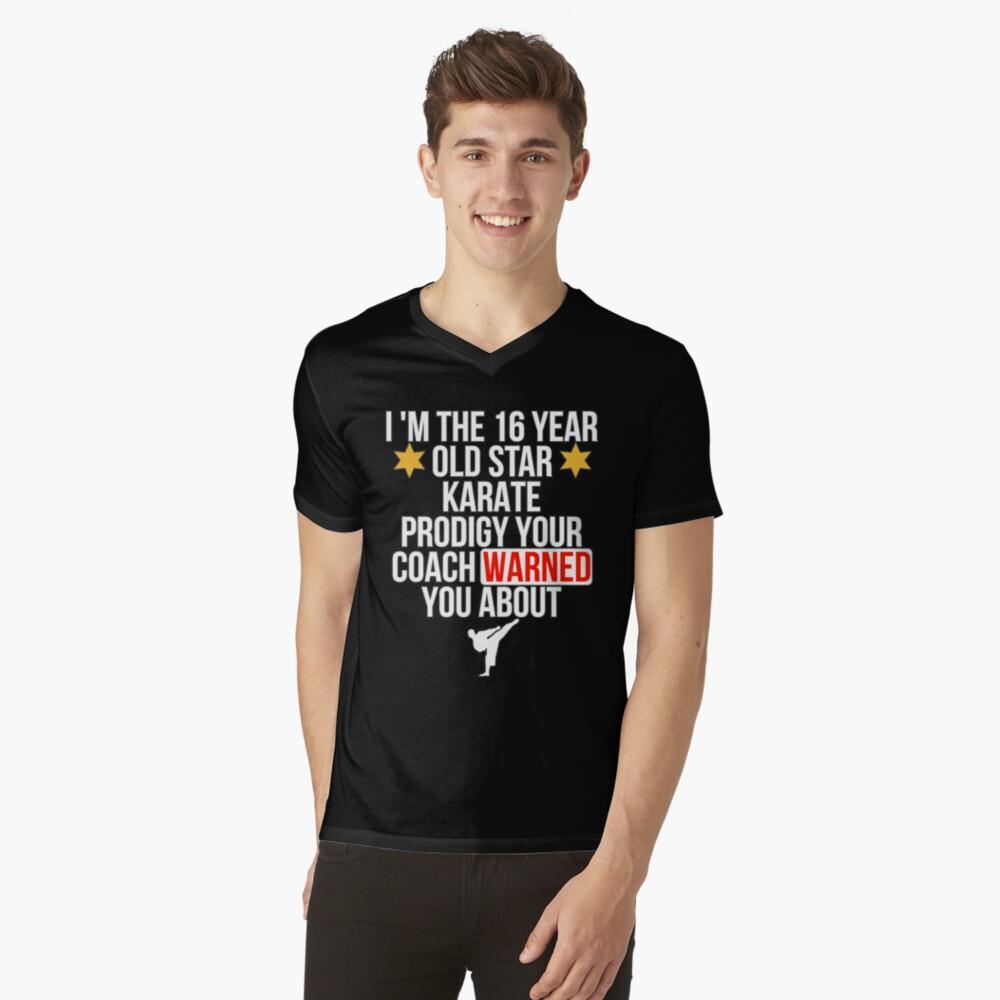16 Year old Karate Star player T-Shirt mit V-Ausschnitt