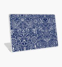 Vinilo para portátil Patrón floral detallado en blanco en azul marino
