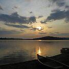 Dunstiger Sonnenaufgang über Sysladobsis See von MaryinMaine