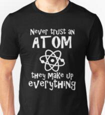 Funny Science Joke Vertrauen Sie nie einem Atom Sie machen alles Slim Fit T-Shirt