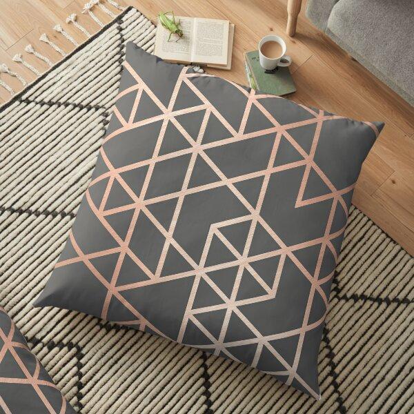 les lignes modernes forment un design géométrique imbriqué. Ce motif triangle en or rose et gris est tendance et sophistiqué - parfait partout. Offrez-vous ou faites un grand cadeau!   Coussin de sol
