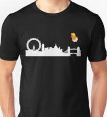 Baby-Trumpf-Ballon-Blimp-Fliege über London England Slim Fit T-Shirt