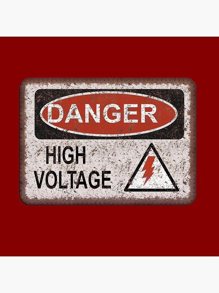 Clásico.  Advertencia de electricidad. Esta camiseta de escudo oxidado es una prenda divertida no solo para un electricista humorístico o un amante del mercado de pulgas vintage. Mantenga la distancia - alto voltaje. Símbolo del rayo. de STYLESYNDIKAT