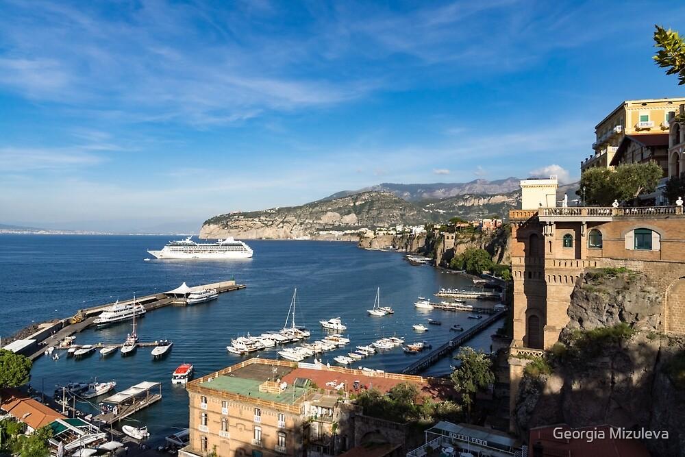Postkarte aus Sorrento, Italien - der Hafen, die Boote und die berühmten Clifftop Hotels von Georgia Mizuleva