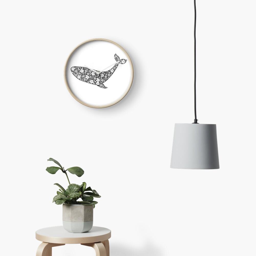 Schattenbild des Wals mit Blumenverzierung Uhr