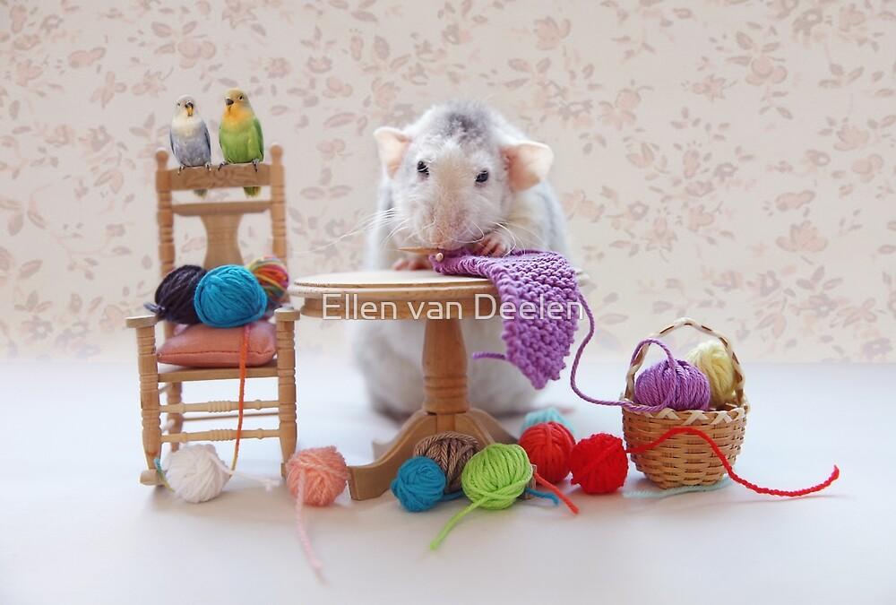 Rosie knitiing with friends by Ellen van Deelen