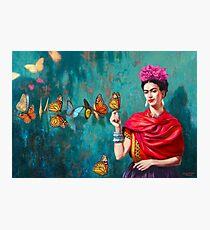 Frida Kahlo-Selbstporträt mit Schmetterlingen, rosa Blumen und grünem Türkishintergrundschmutz Fotodruck