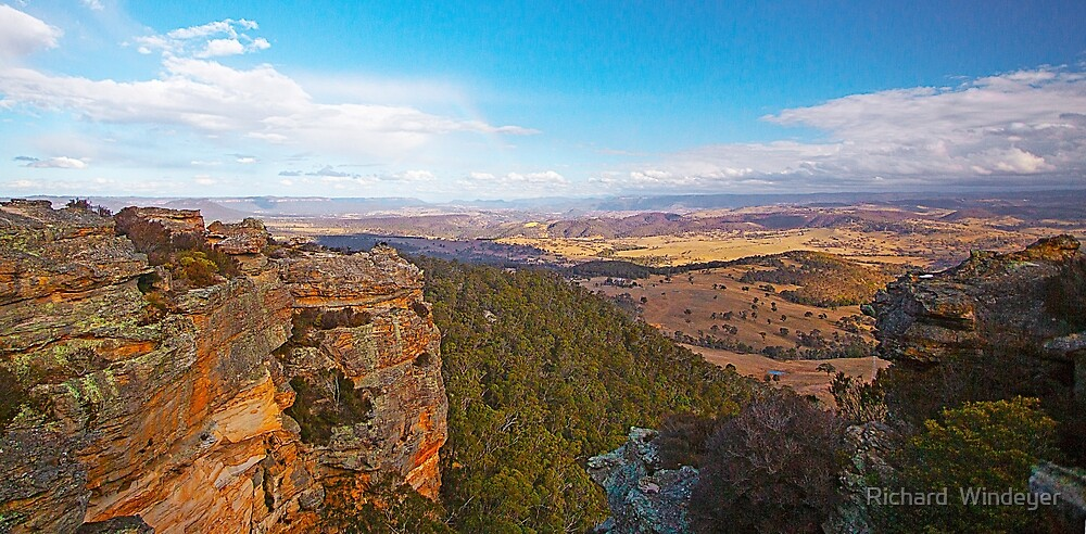 Hassans Walls Lookout, Lithgow, NSW by Richard  Windeyer