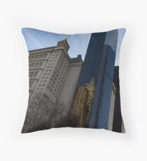 Schulter an Schulter - Manhattan Wolkenkratzer aus verschiedenen Epochen Dekokissen
