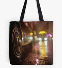 Bolsa de tela Coches en la calle urbana en la noche de lluvia hasselblad fotografía de película analógica de formato medio