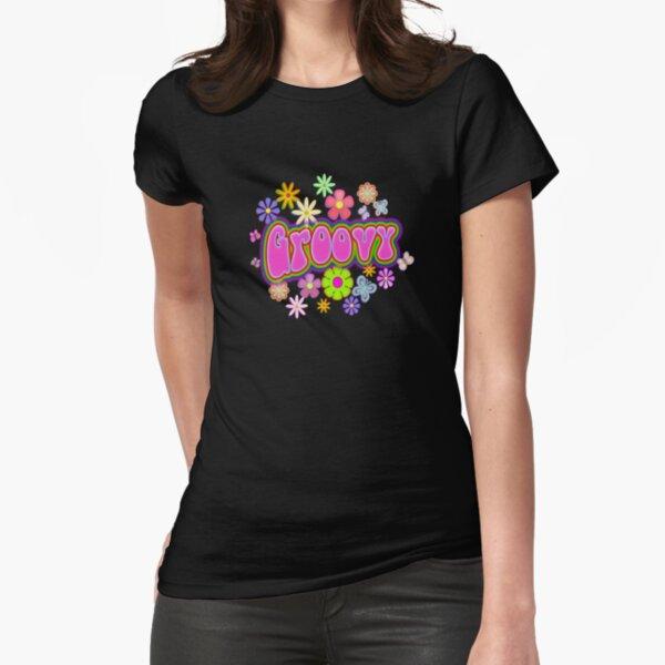 Ein wilder, grooviger Druck aus Hippie-Blumen und Schmetterlingen in Regenbogenfarben. Tailliertes T-Shirt