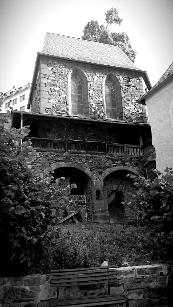 Kapelle in Stolberg / Harz in schwarz-weiß von Gourmetkater