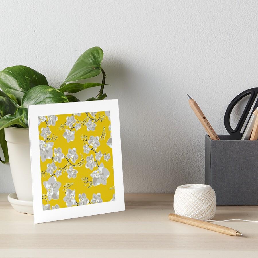 Orchideen auf gelbem Hintergrund Galeriedruck