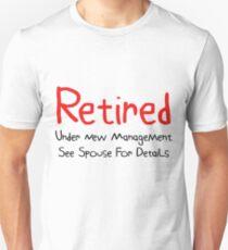 Camiseta ajustada Retirado bajo nueva dirección Ver cónyuge para detalles Gran idea de regalo Regalo divertido de jubilación