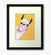 Lámina enmarcada Bubble Gum Sneaky Llama en amarillo mostaza