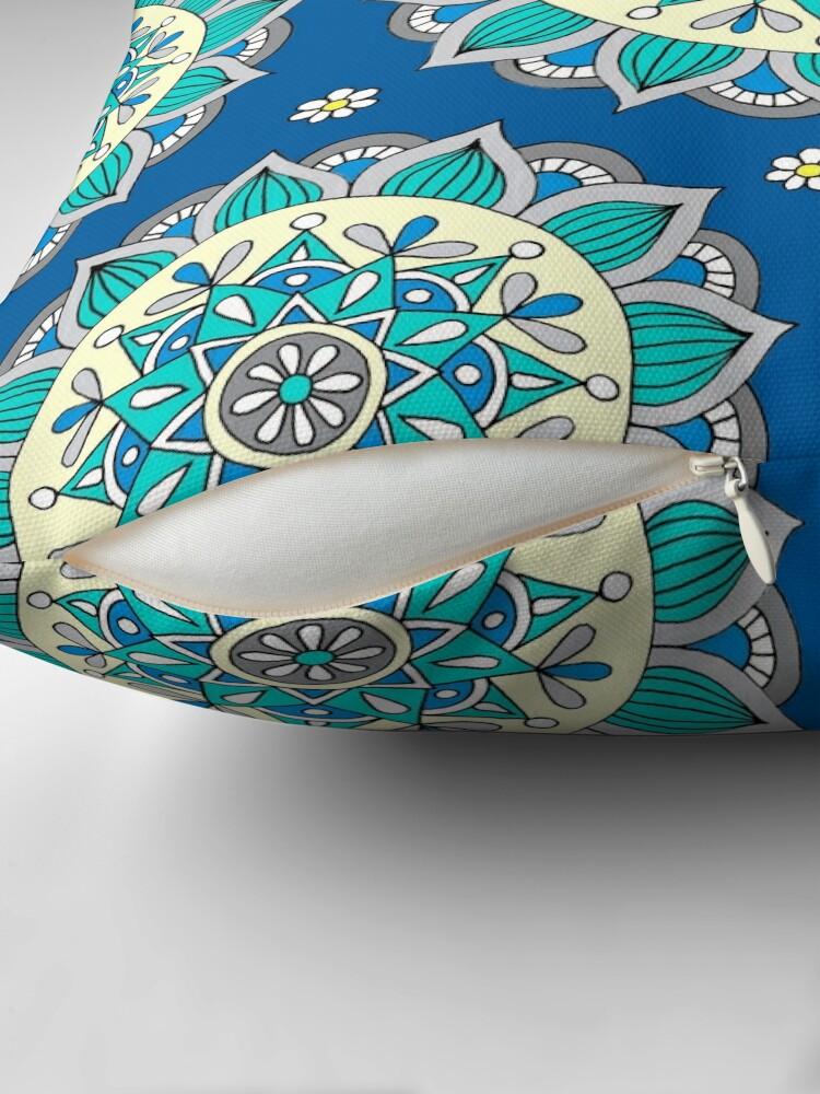 Alternative Ansicht von Blau & Creme Mandala Dekokissen