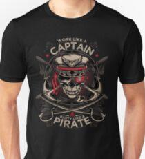 Arbeite wie eine Kapitänsparty wie ein Pirat Slim Fit T-Shirt