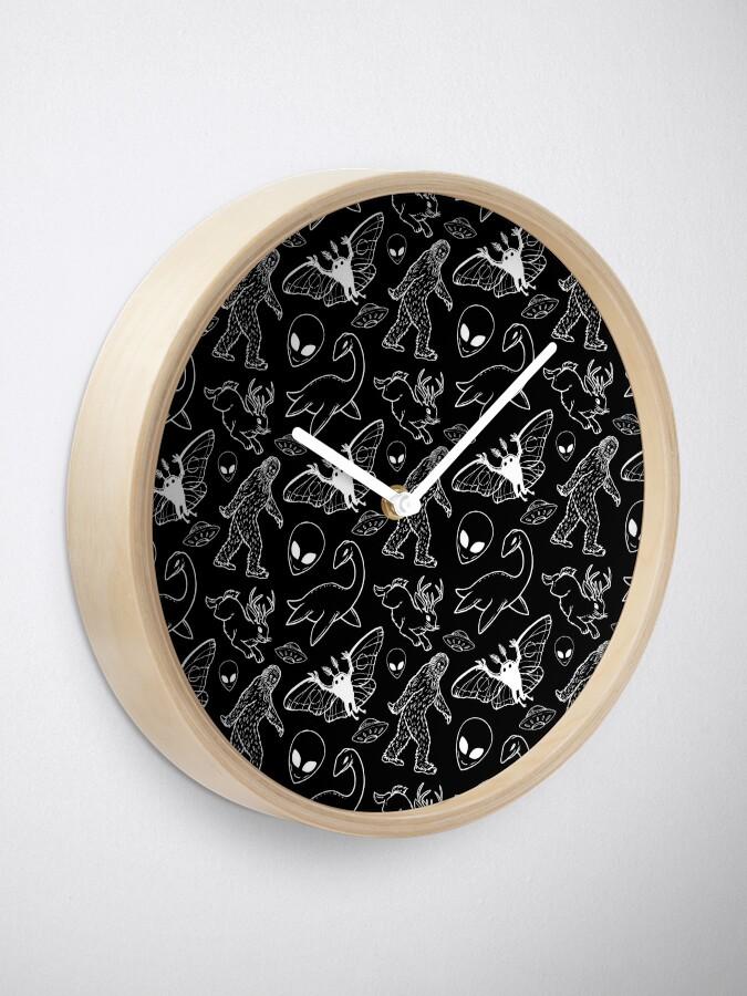 Alternative Ansicht von Cryptid-Muster (schwarzer Hintergrund) Uhr