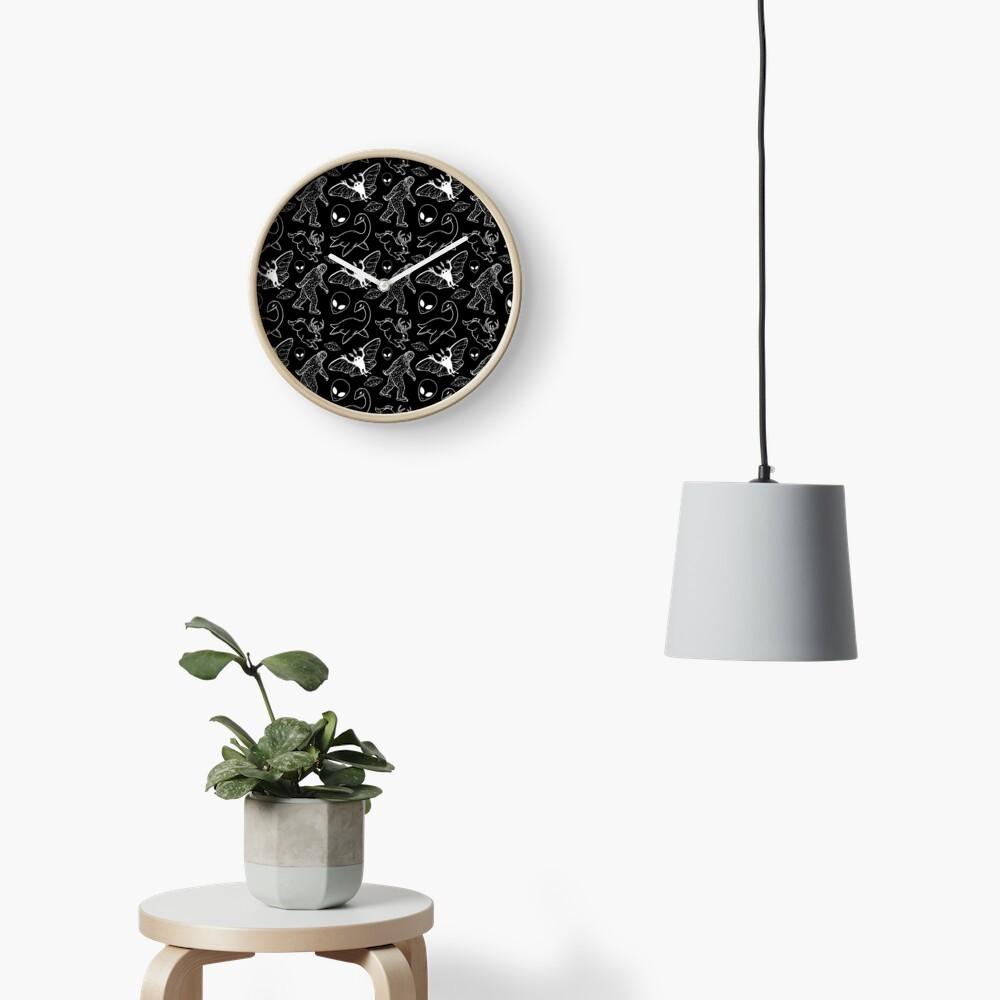 Cryptid-Muster (schwarzer Hintergrund) Uhr