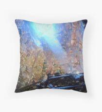 La luce nella grotta Floor Pillow