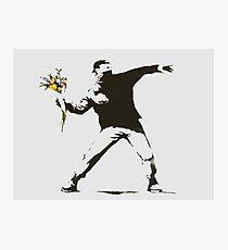 Banksy - Mann-werfende Blumen - Antifa gegen Polizei-Manifestations-Entwurf für Männer, Frauen, Plakat Fotodruck