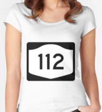 Camiseta entallada de cuello redondo New York State Route NY 112 | United States Highway Shield Sign