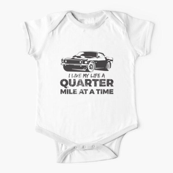 Vivo mi vida a un cuarto de milla en un auto Vintage Muscle Car Body de manga corta para bebé