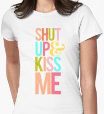 Shut Up & Kiss Me Tailliertes T-Shirt für Frauen