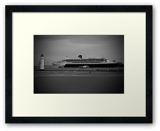 Queen Mary 2 @ Perch Rock Lighthouse by est1979