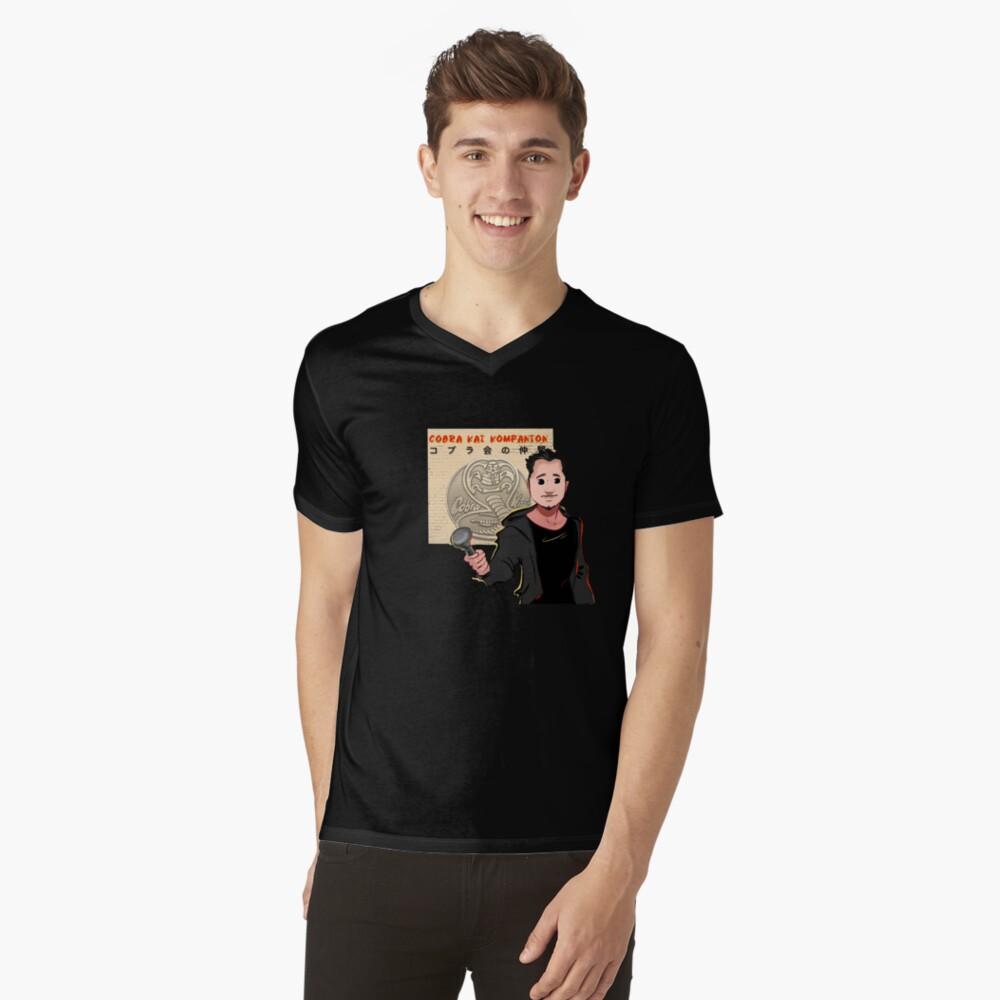 Kobra Kai Kompanion T-Shirt mit V-Ausschnitt
