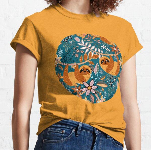 fröhliche kleine Faultiere aus Safran und Terrakotta, die nur chillen und herumhängen, umgeben von süßen Blumen und Blättern Classic T-Shirt