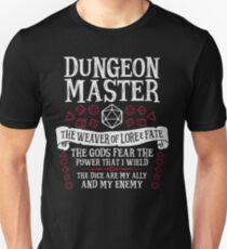 Camiseta unisex Dungeon Master, The Weaver of Lore & Fate - Dungeons & Dragons (Texto blanco)
