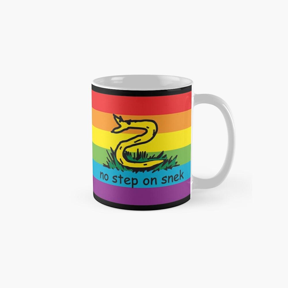 No hay paso en Snek MAGA amarillo y arco iris LGBTQ bandera Orgullo Snek moderno helicóptero con bandera Paseo No pise sobre mí ANCAP Libertario Kekistan serpiente divertida Gadsden Parodia de bandera HD ALTA CALIDAD TIENDA ONLINE Taza