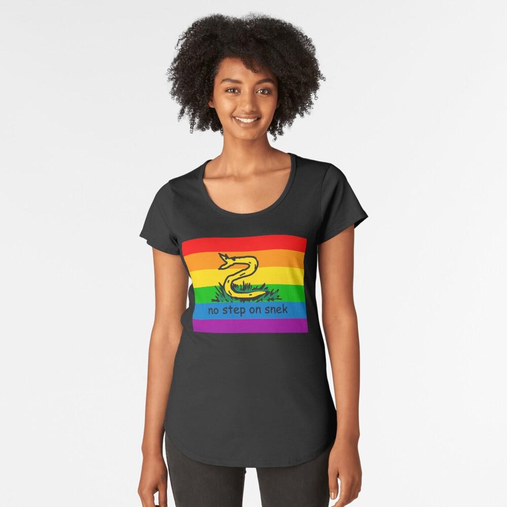 No hay paso en Snek MAGA amarillo y arco iris LGBTQ bandera Orgullo Snek moderno helicóptero con bandera Paseo No pise sobre mí ANCAP Libertario Kekistan serpiente divertida Gadsden Parodia de bandera HD ALTA CALIDAD TIENDA ONLINE Camiseta premium de cuello ancho
