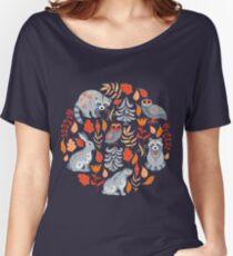 Camiseta ancha para mujer Bosque de hadas con animales y pájaros. Mapaches, búhos, conejitos y pequeña chica.