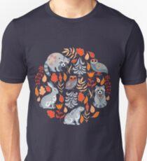 Märchenwald mit Tieren und Vögeln. Waschbären, Eulen, Hasen und kleine Küken. Unisex T-Shirt