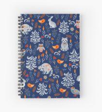 Märchenwald mit Tieren und Vögeln. Waschbären, Eulen, Hasen und kleine Küken. Spiralblock