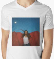 Maggie Roger hat es in einem früheren Album-Cover gehört T-Shirt mit V-Ausschnitt