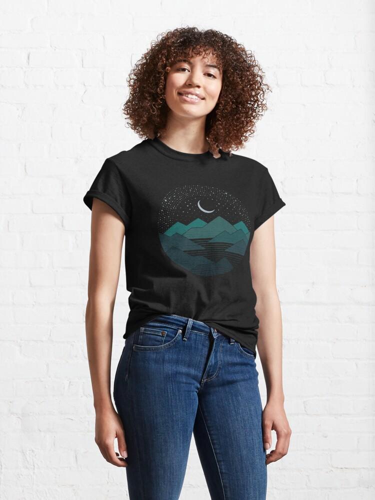 Alternative Ansicht von Zwischen den Bergen und den Sternen Classic T-Shirt