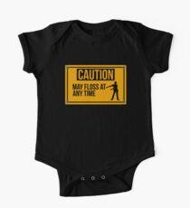 Vorsicht kann Floss jederzeit lustiges Flossing-Design-Geschenk Baby Body Kurzarm